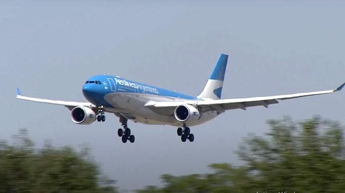 El vuelo de Aerolíneas Argentinas, al arribar al país con las primeras vacunas.