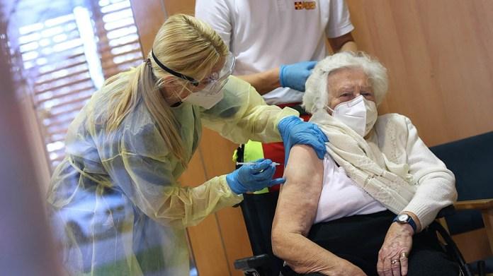 Alrededor del 30% de los mayores de 80 años y 40% de los de 60 no completaron el esquema de inmunización en la UE.