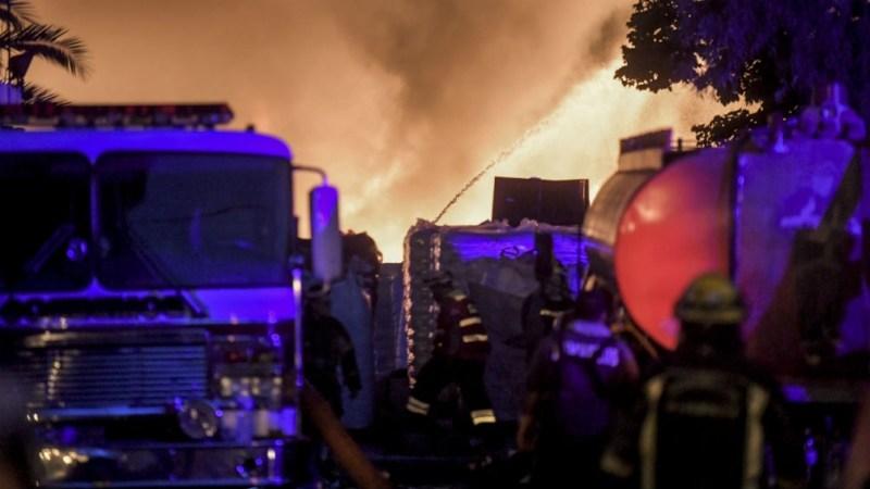 El incendio se inició a las 7.30 en una fábrica de cartones ubicada en Pilcomayo y Levalle, en al barrio Villa Itatí.