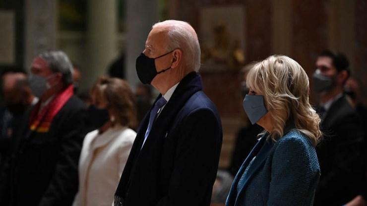 Biden llegó al Capitolio junto a su esposa.