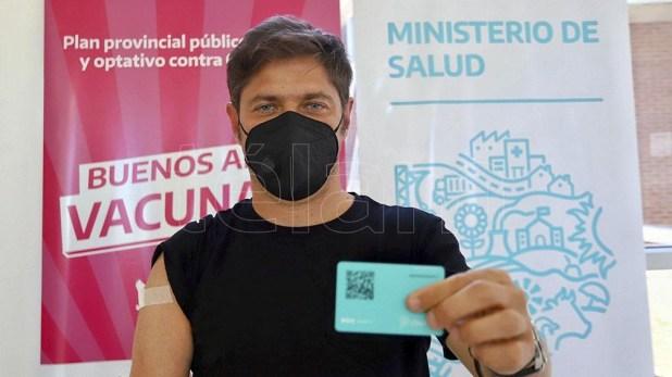 Axel Kicillof muestra su carnet de vacunación que acredita la aplicación.