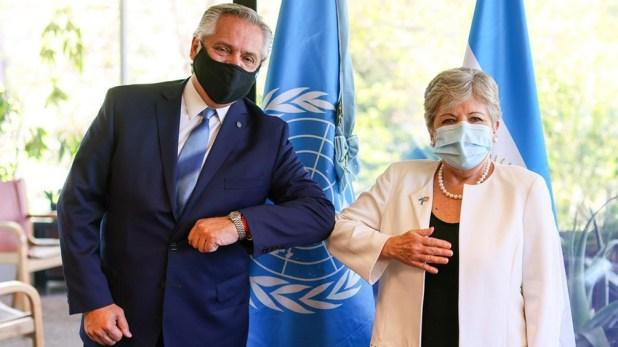 Fernández y su saludo con Alicia Bárcena.