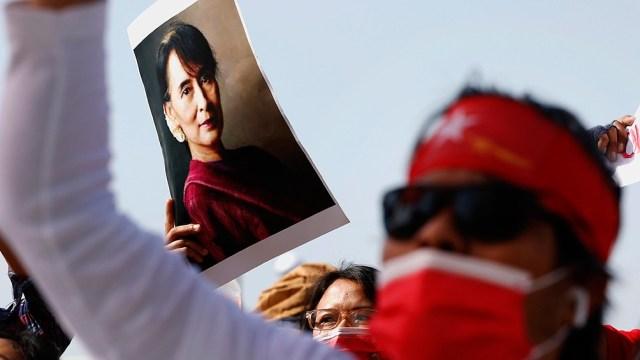 El lunes pasado, las Fuerzas Armadas de Myanmar tomaron el poder por un año y encarcelaron a Suu Kyi.