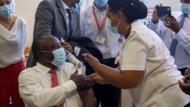 En el continente africano menos del 1 % de la población -unos 12 millones de personas- recibió las dos dosis de la vacuna..