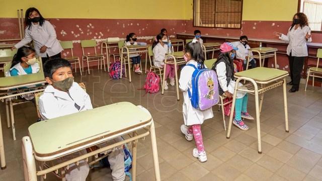En Jujuy, los alumnos y alumnas del nivel inicial y primario iniciaron el ciclo lectivo con una marcada concurrencia a los establecimientos escolares, organizados para garantizar el uso del barbijo y otras medidas de higiene.