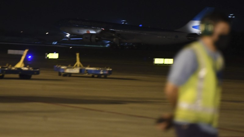 Las dosis arribaron a bordo de un avión equipado con envirotainers, que son contenedores especiales con control activo de temperatura que permiten trasladar un mayor volumen de vacunas en la bodega del avión.