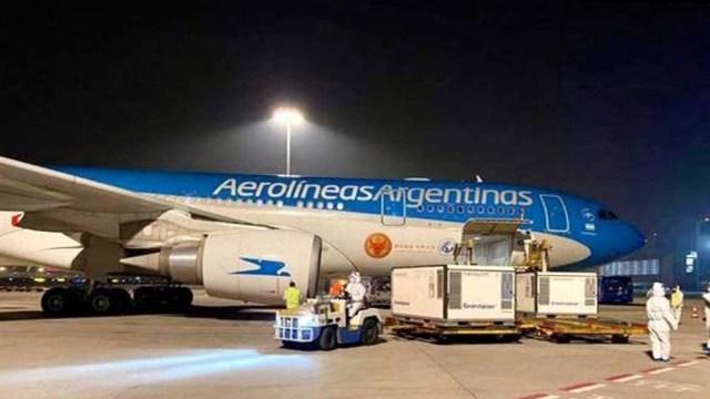 El vuelo se realiza en forma directa, sin escalas, en la aeronave que fue especialmente reformada para el transporte de carga.