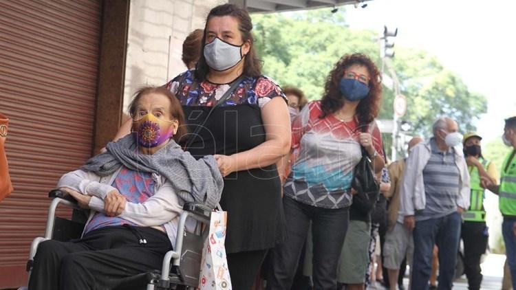 Los referentes del Frente de Todos protestaron por las colas en la vacunación de los adultos mayores.