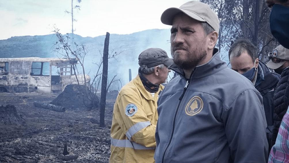 El ministro Juan Cabandié en la zona de los incendios.