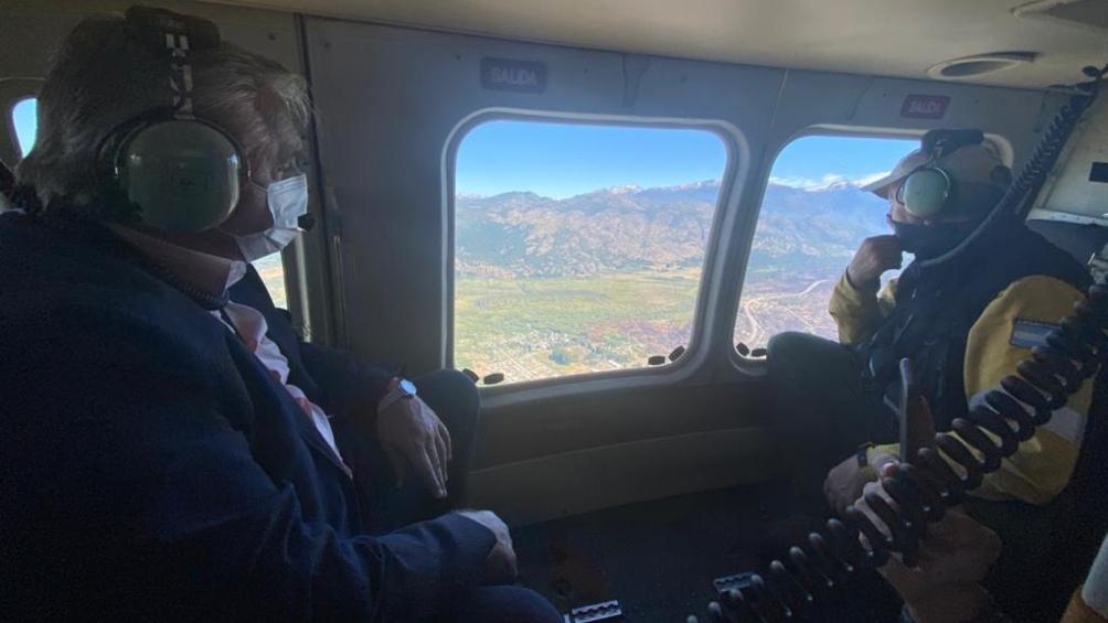 El Presidente realiza un sobrevuelo en helicóptero por las zona afectadas por los incendios.