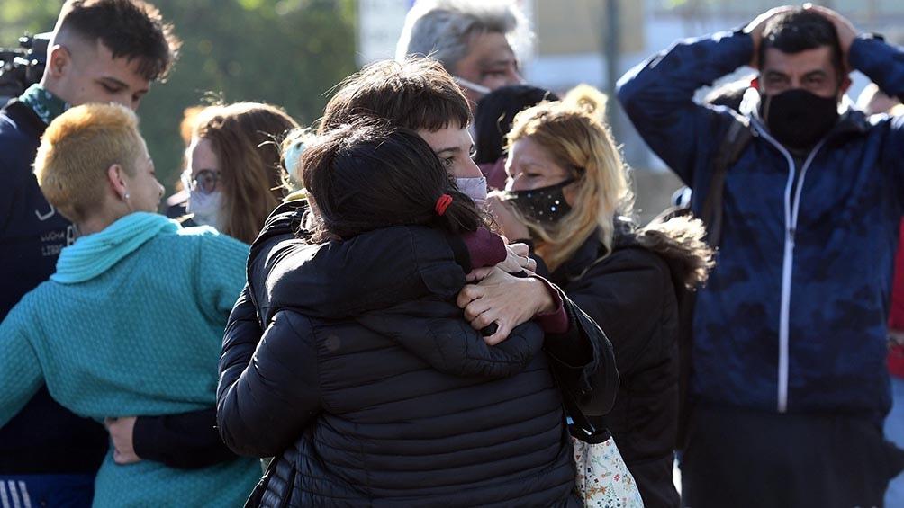 Vecinos y familiares de la pequeña festejan al conocer la noticia.
