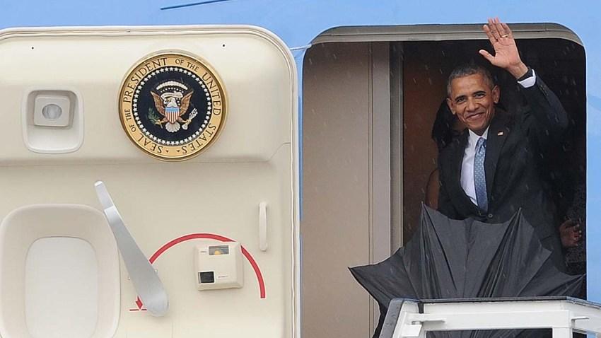 Obama saluda al finalizar su visita a Cuba.