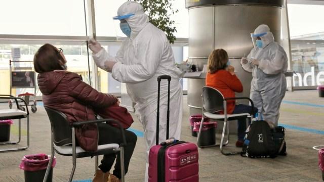 Los testeos de coronavirus en los aeropuertos de Aeroparque y Ezeiza prosiguieron hoy como parte de las nuevas medidas oficiales que rigen desde el sábado