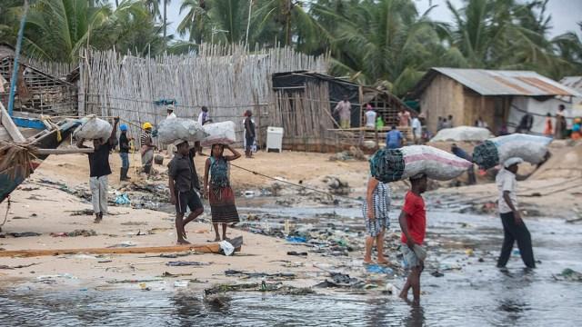 Sin recursos, cientos de personas marcharon a pie hacia la frontera con Tanzania en el norte, o hacia campamentos (AFP)