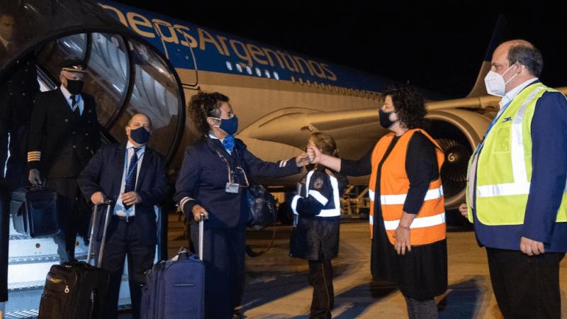 La ministra de Salud saluda a la tripulación del vuelo que llegó desde China