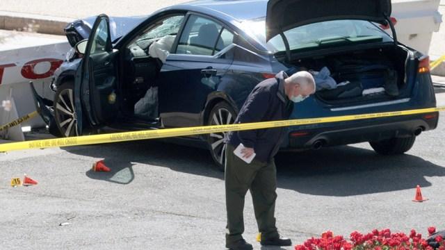 Tras arrollar con su coche a la Policía del Capitolio e impactar contra la barrera, Green salió del vehículo blandiendo un cuchillo, momento en el que los agentes dispararon contra él. Falleció tras ser ingresado en el hospital. (Foto AFP)