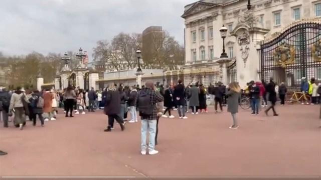 Admiradores de la monarquía británica llevaron hoy flores y palabras de consuelo a las residencias reales de Windsor y Buckingham.