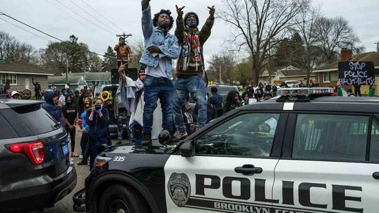 Los manifestantes se congregaron frente a la estación policial de la localidad de Brooklyn Center