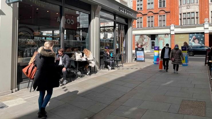 El levantamiento gradual de las medidas en Inglaterra comenzó el mes pasado con la reapertura de colegios y menos restricciones de reunión al aire libre.