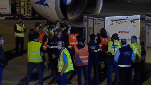 El jueves por la noche el Presidente fue a Ezeiza a recibir un millón de dosis llegadas de China.