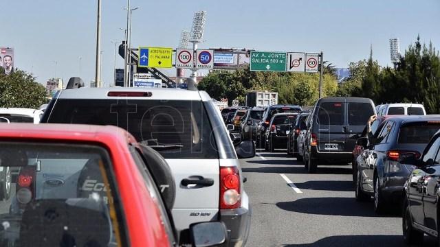 El objetivo es chequear si las personas que pasan en sus vehículos tuvieron síntomas en las últimas 48 horas.
