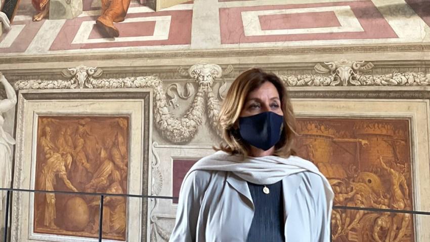 La directora de los Museos, Barbara Jatta, le dio la bienvenida a los visitantes desde las estancias de Rafael.