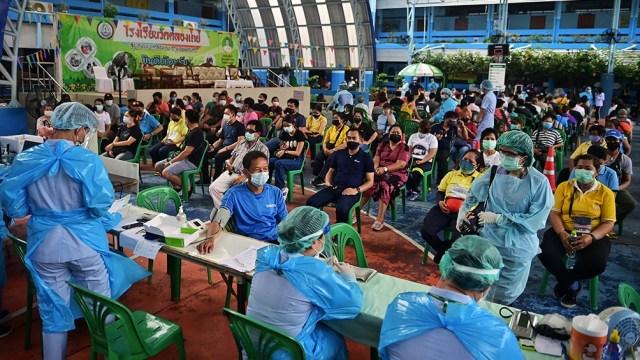 Las autoridades prometen que las restricciones se levantarán cuando un 20% de la población de un distrito esté inmunizada. Foto: AFP