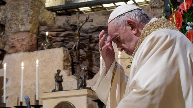 """El papa Francisco, de 84 años, fue operado de una """"estenosis diverticular"""" en el colon"""