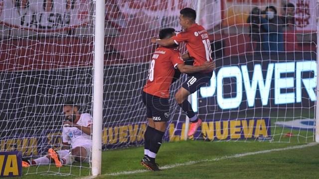 Independiente festeja su primer gol.