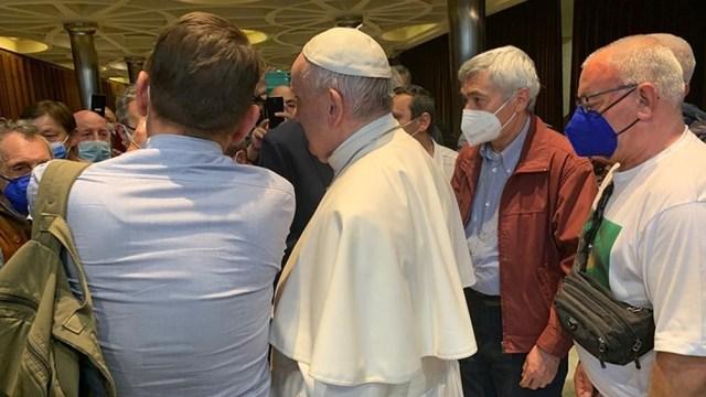 El pontífice y otras personas ofrecieron una cena al grupo de 100 pobres, sin techo y refugiados sirios residentes en Roma.