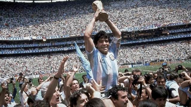 Una semana después, Diego da la vuelta olímpica en andas, con el anhelado trofeo en sus manos.