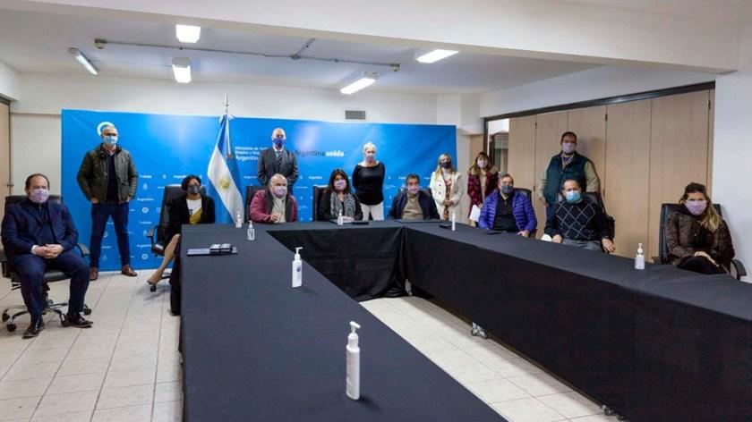 El convenio se rubricó con la presencia del Ministro de Trabajo, Claudio Moroni; la secretaria de Gestión y Empleo Público, Ana Castellani, y los representantes de ambos sindicatos: Felipe Carrillo por UPCN y Hugo Godoy por ATE.