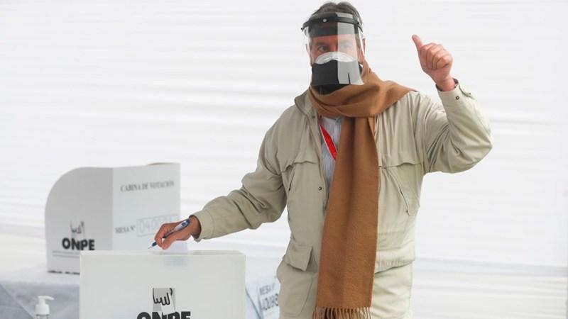 El presidente saliente Sagasti concurrió a votar
