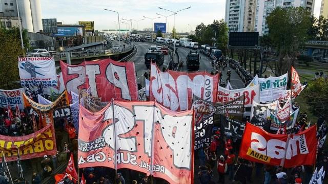 """El corte en el Puente Pueyrredón en reclamo de """"salarios dignos, trabajo y vacunas""""."""