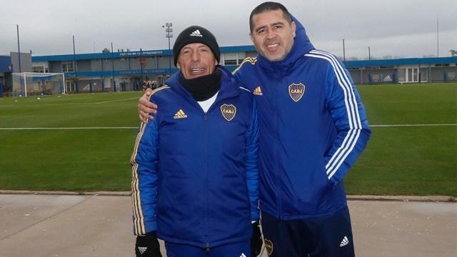 El entrenador Russo y el vicepresidente Riquelme, en permanente contacto para diagramar el equipo.