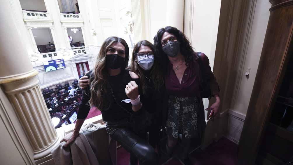 Activistas presentes en Senado durante la aprobación de la ley de cupo trans.