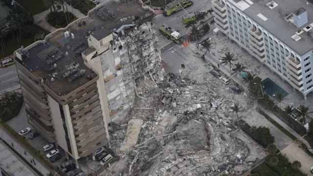 Con la tormenta tropical Elsa acercándose, las autoridades aceleraron el cronograma de demolición.