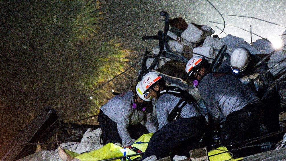 Sigue la búsqueda de sobrevivientes entre los escombros del edificio.