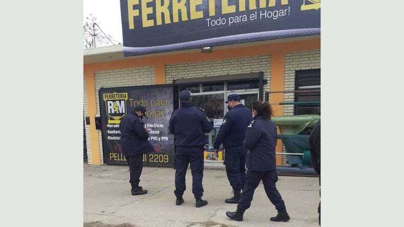Según las fuentes, un cliente de 40 años que aguardaba en la vereda para ingresar a la ferretería sufrió un disparo.