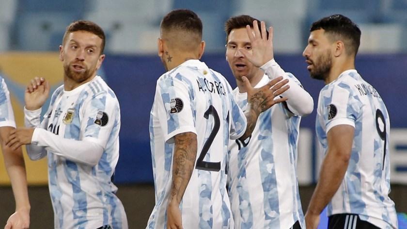 Argentina festeja el segundo tanto del duelo ante Bolivia