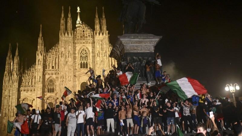 La algarabia de los italianos, que salieron a festejar hasta altas horas.