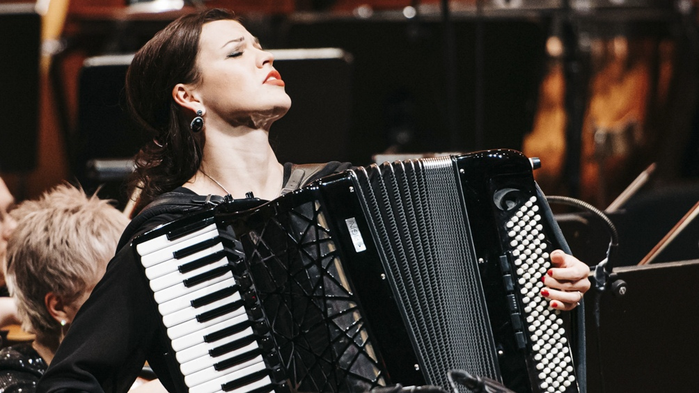 """En febrero la acordeonista dio a conocer su disco su disco """"Piazzolla Reflections"""", dedicado al artista argentino en el centenario de su nacimiento."""