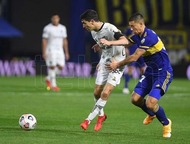 Nacho Fernández y Sández en disputa de la pelota.