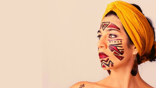 La artista debutó profesionalmente a los 17 años y se lanzó como solista en 2017.