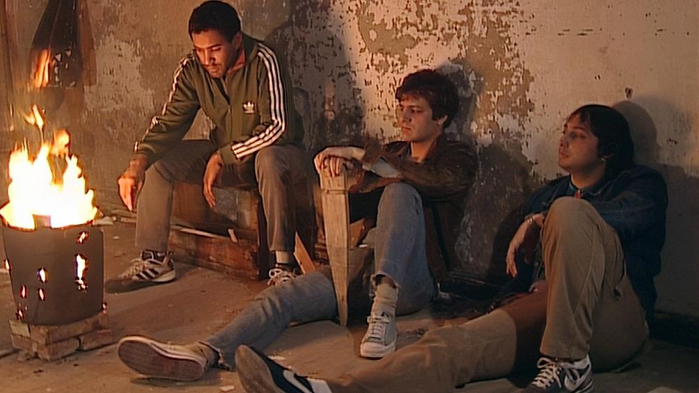 Okupa, la historia de un grupo de jóvenes de clase media empobrecida y sus aventuras con el mundo criminal, las drogas y la amistad