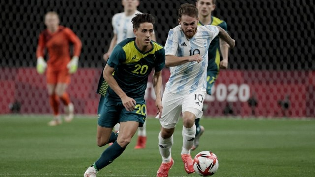 Argentina domina el balón, pero Australia cuida la ventaja (foto: AFP)