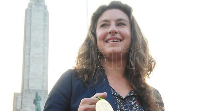 Cecilia Carranza Saroli posa con la medalla de oro lograda en Río 2016.