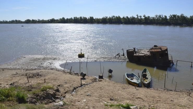 """Advierten que la bajante histórica del río """"prevé la generación y propagación de focos ígneos en la zona""""."""