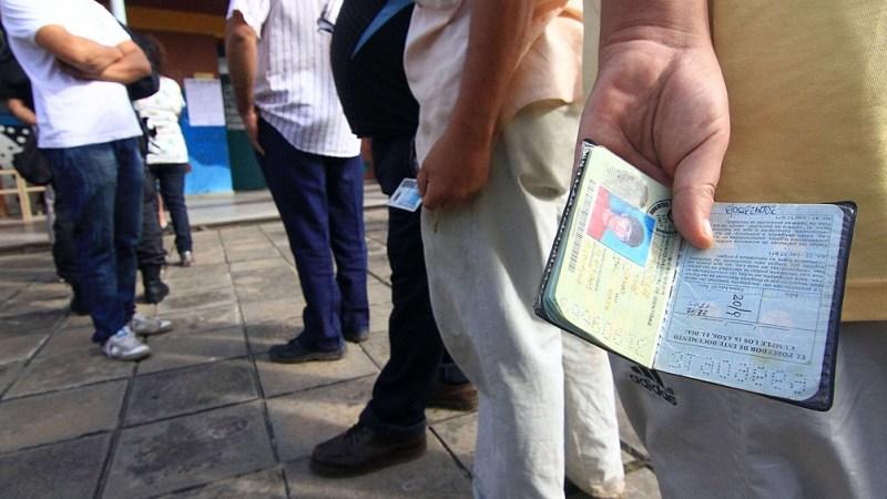 """Entre otras medidas de prevención, se destaca que """"si hay fila hay que mantener una distancia de dos metros"""" entre los votantes."""