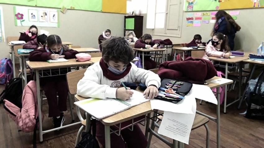 El ministro de Educación aclaró que es necesario continuar con el distanciamiento social en las aulas